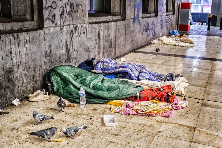 Dakloos de dag doorkomen in Brussel. Naar schatting achthonderd mensen slapen er op straat. Beeld Tim Dirven