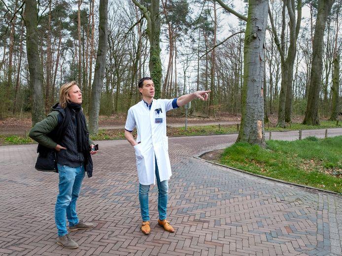 Jonah Falke in gesprek met oncoloog Koen Reinders.