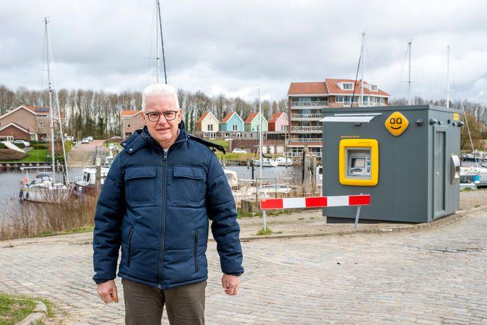 Wethouder Frank Hommel voor de nieuwe pinautomaat in Tholen.