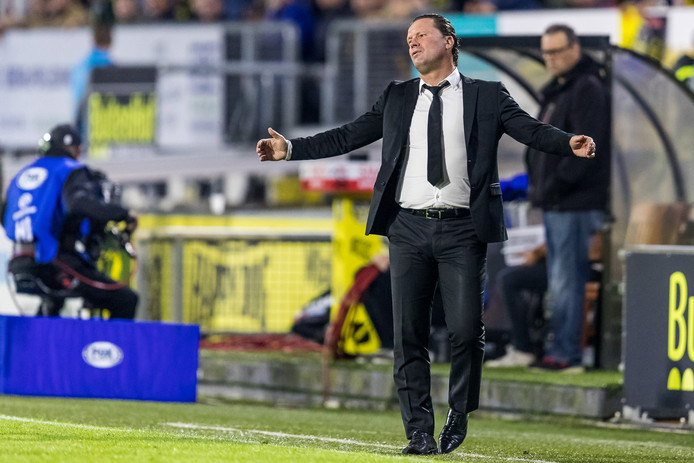 Vol ongeloof ziet NAC-trainer Stijn Vreven hoe zijn ploeg er niet in slaagt te scoren tegen ADO Den Haag.