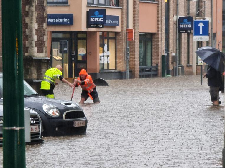 Wateroverlast in het centrum van Sint-Genesius-Rode na een zwaar onweer. Beeld Bart Kerckhoven