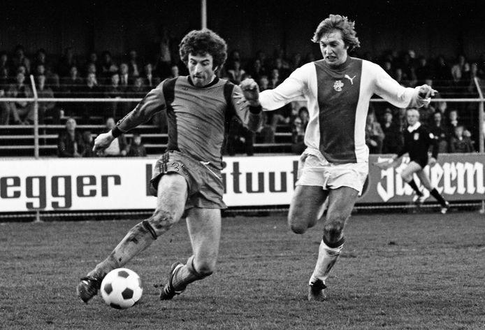 Frank Kramer (l) voor Volendam in actie in een duel tegen Ajax.