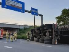 Vrachtwagen op z'n kant in Enschede: bestuurder op de vlucht