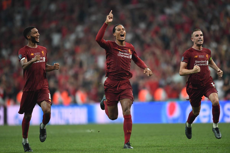 Virgil van Dijk juicht. Liverpool heeft de Europese Supercup gewonnen door half augustus Chelsea te verslaan. Beeld AFP