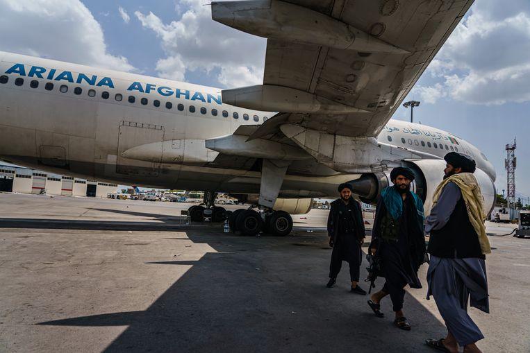 Talibanstrijders op het vliegveld van Kabul na het vertrek van de Amerikanen. Beeld Getty
