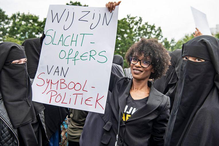 Activist Sylvana Simons vrijdag bij de demonstratie tegen het boerkaverbod. 'Zet 'm op Sylvie', roept een man spottend. Beeld  Guus Dubbelman / de Volkskrant