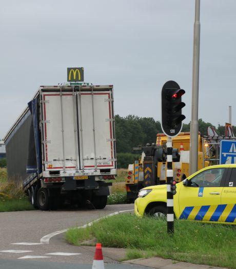 Bizar ongeluk op toerit A28 bij Nijkerk: trucker verliest trailer