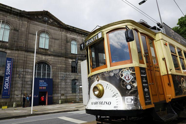 Een tram passeert het gebouw in Porto waar vrijdag en zaterdag EU-leiders bijeenkomen.  Beeld Reuters