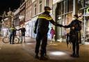 De politie controleert mensen op straat in Haarlem.