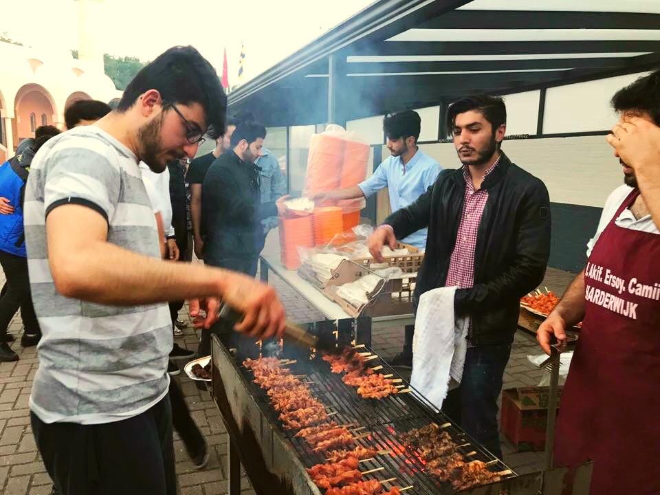 Ersin Ozbek (met handdoek) was actief als vrijwilliger bij de Turkse moskee.