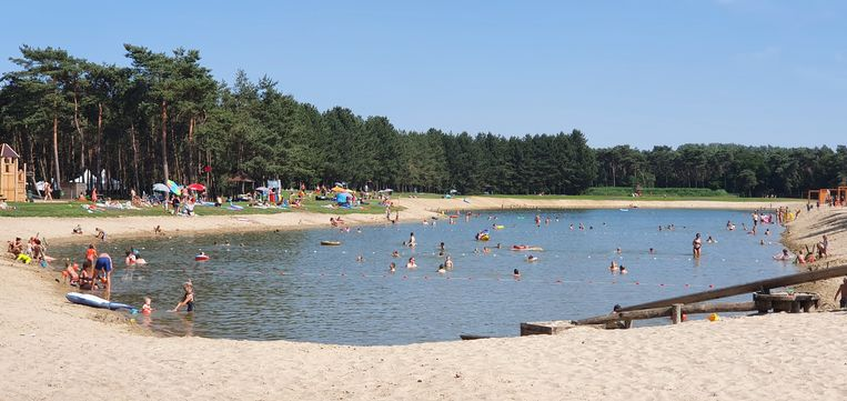 Aan de zwemvijver van De Mosten werd de maximumcapaciteit van 500 bezoekers al meteen bereikt.