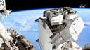 Twee bemanningsleden van het ISS zijn aan een ruimtewandeling begonnen.