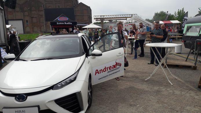 Wethouder Désirée Brummans opende het evenement door aan te komen en weg te rijden in een Toyota Mirai, een auto die op waterstof rijdt.