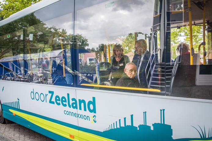 Jaap Anthonisse (88) werd door directeur Kees Hage opgehaald om nog een keer in een bus te rijden; hij was zelf jaren lang touringcar-chauffeur.