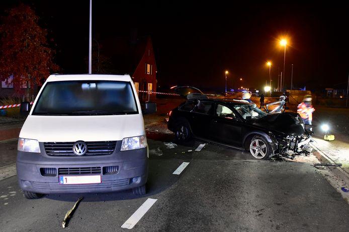De Audi A6 katapulteerde een geparkeerde bestelwagen naar het midden van de rijweg, bij het ongeval langs de Ieperstraat in Hooglede.