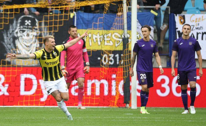 Vreugde bij een speler van Vitesse na de 1-0 tegen Anderlecht.