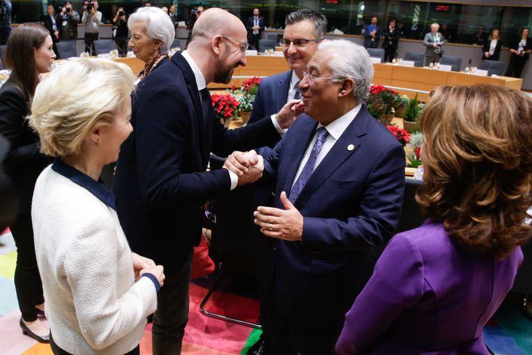 EU-president Charles Michel (l) schudt de hand van de Portugese premier António Costa. Beeld AFP