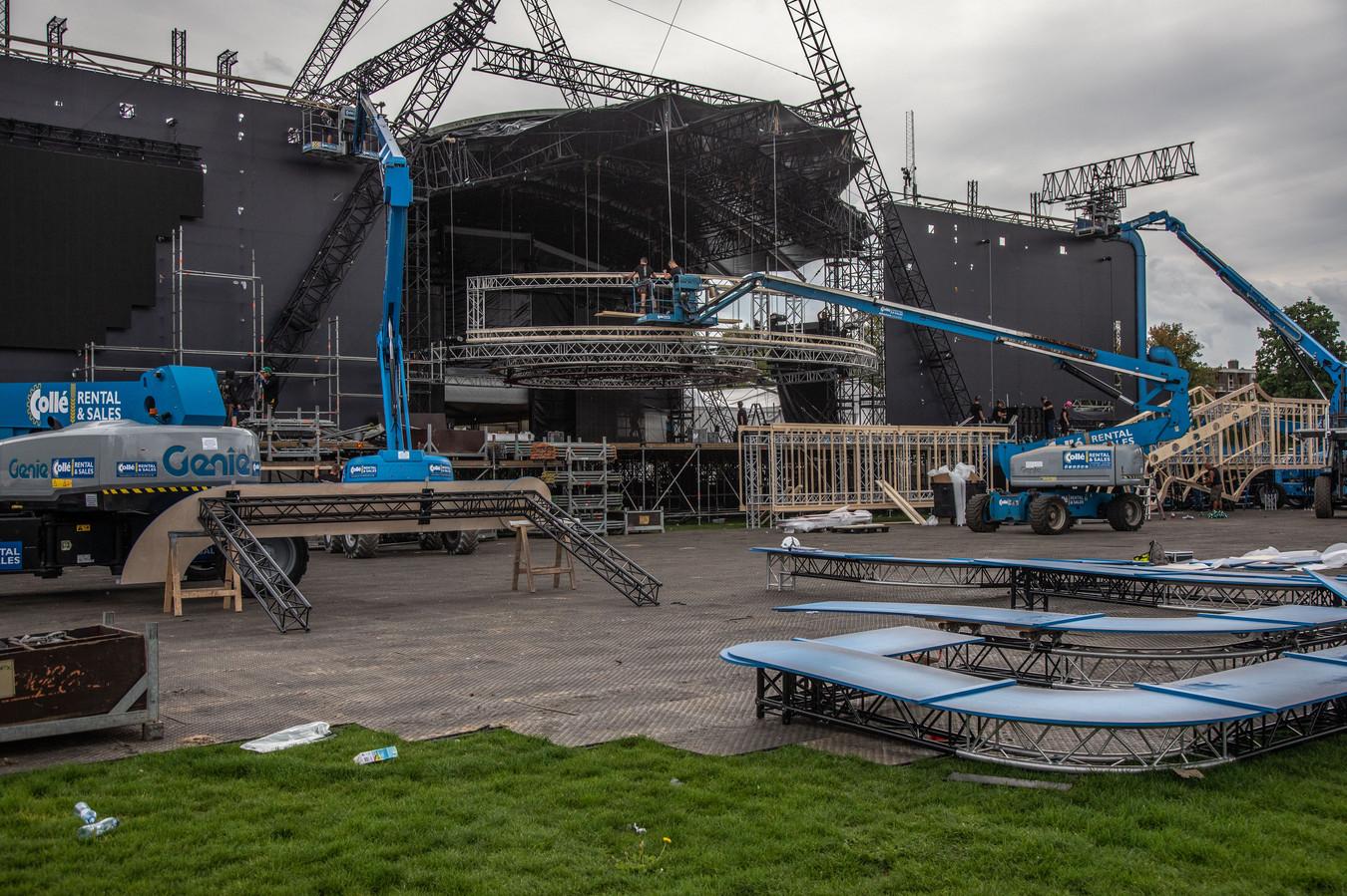 De opbouw voor het Amstel-festijn is al dagen volop aan de gang. De politiestaking gooit geen roet in het eten.