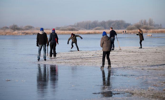 Schaatsers wagen zich op het natuurijs van de Ryptsjerksterpolder in Friesland.