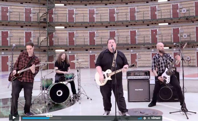 Fragment uit de videoclip van 'Rock en Rolstoel'.