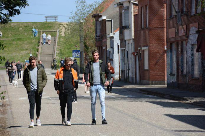 Coincé entre le port d'Anvers et la centrale nucléaire, le village de Doel s'est petit à petit vidé de ses habitants. Plus d'un millier de personnes vivaient encore ici dans les années nonante. Aujourd'hui, Doel ne compte plus qu'une petite vingtaine d'âmes, lesquelles vivent dans les rares maisons qui n'ont pas été abandonnées.