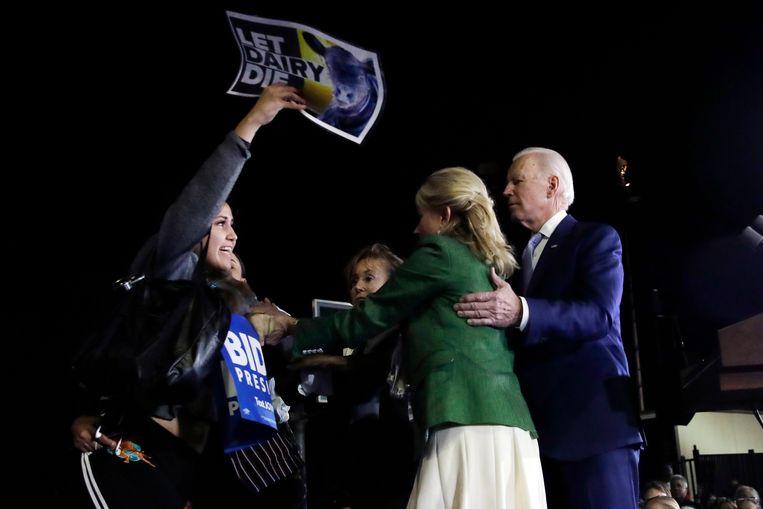 Tijdens een meeting in Los Angeles in maart vorig jaar gooide Jill Biden zich als schild tussen een veganistische activitiste en haar man.  Beeld AP
