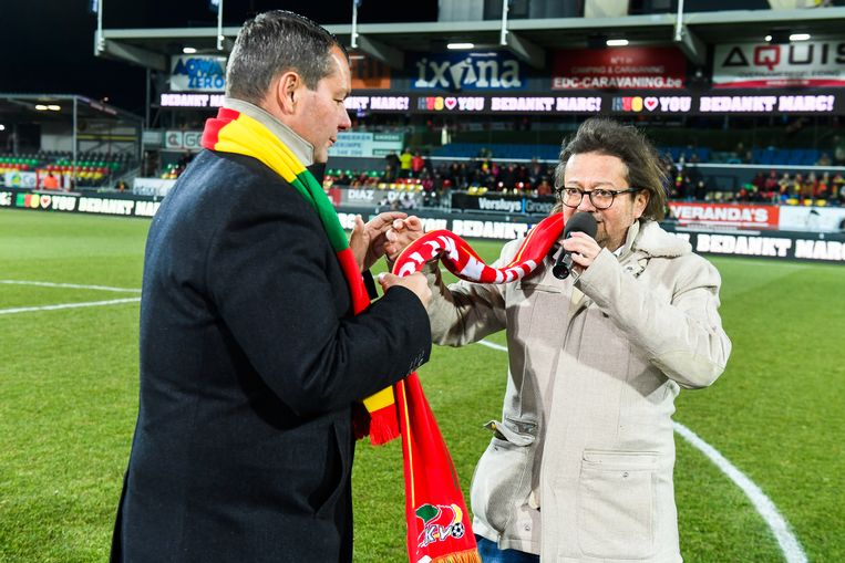 Februari 2018: Marc Coucke geeft de sjaal door aan Peter Callant. Beeld BELGA