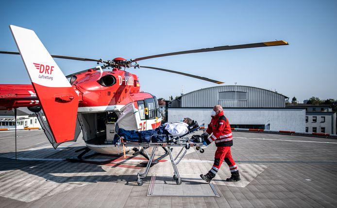 Coronapatiënten uit het buitenland worden soms met een helikopter gehaald en gebracht naar de ziekenhuizen in Duitsland, zoals hier in Essen.