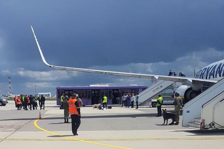 Het toestel van Ryanair waarin de journalist Raman Pratasevitsj zat, op het   vliegveld van Minsk in Belarus.   Beeld VIA REUTERS