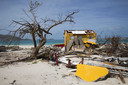 Ravage op het strand van Orient Bay, op het Franse gedeelte van Sint Maarten, vlakbij de Nederlandse grens op het eiland.