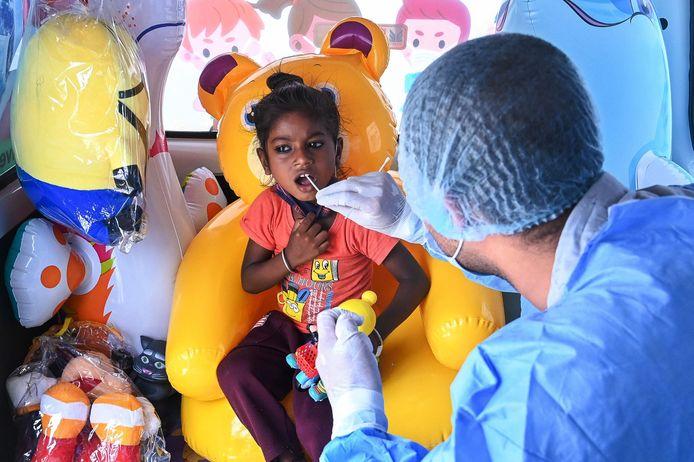 Een meisje wordt in India getest in een speciaal voor kinderen uitgeruste wagen.