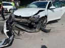 De witte auto liep bij het ongeval flinke schade op aan de voorkant en moest net als de andere auto worden afgevoerd.