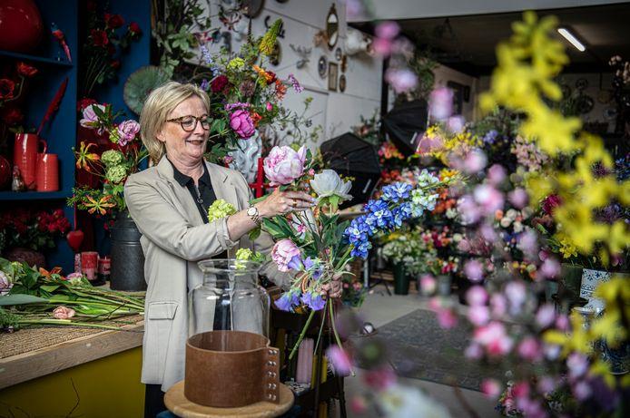 Kunstbloemist Ellen Hofker.