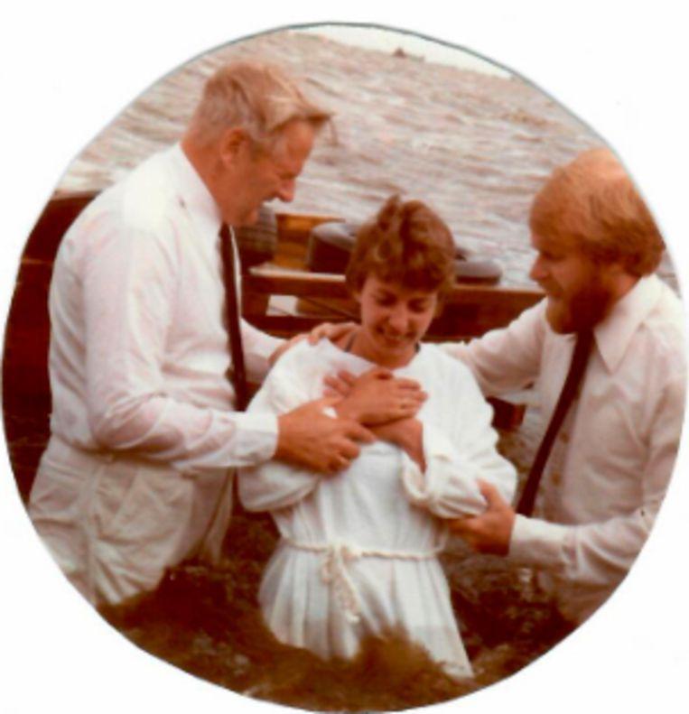 Christa Moelker als twintiger bij haar  doop bij de pinkstergemeente. Beeld Familiearchief