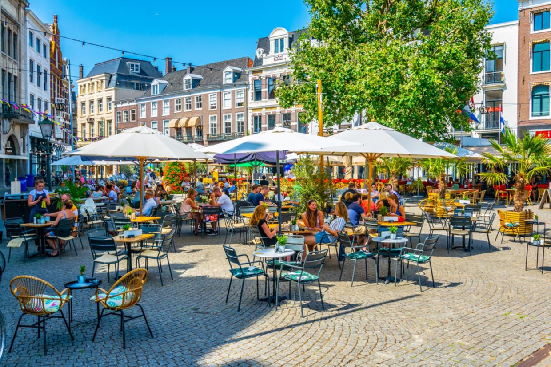 Terrasjes op het Buitenhof in Den Haag Beeld Shutterstock
