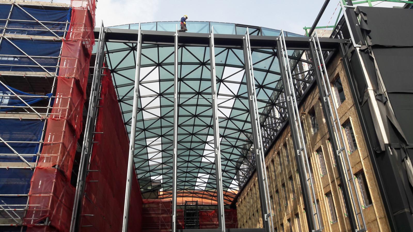 Het glazen dak boven het atrium van het voormalige U-gebouw op het KVL-terrein lag er in oktober al op.