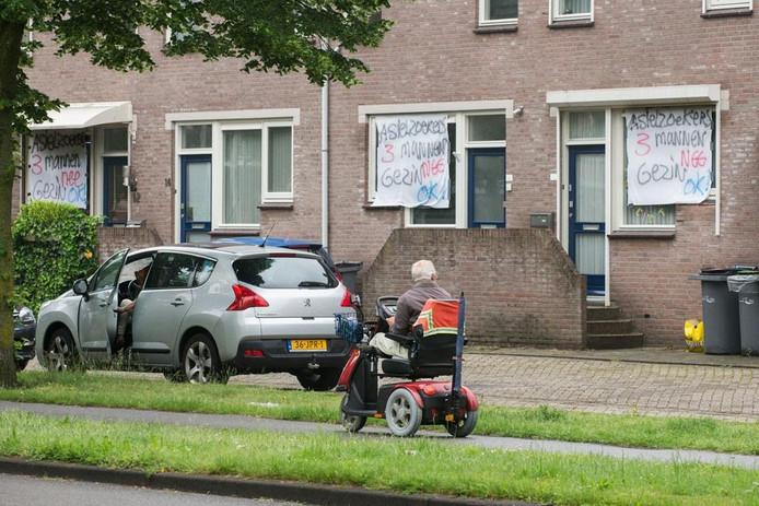 In de Braakstraat in Oss zijn spandoeken opgehangen tegen de komst van 3 vergunninghouders.