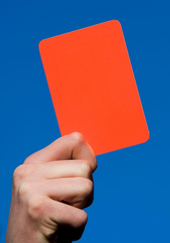Op verzoek van het Instituut Sportrechtspraak mag de verdachte scheidsrechter van de KNVB voorlopig geen wedstrijden meer leiden.