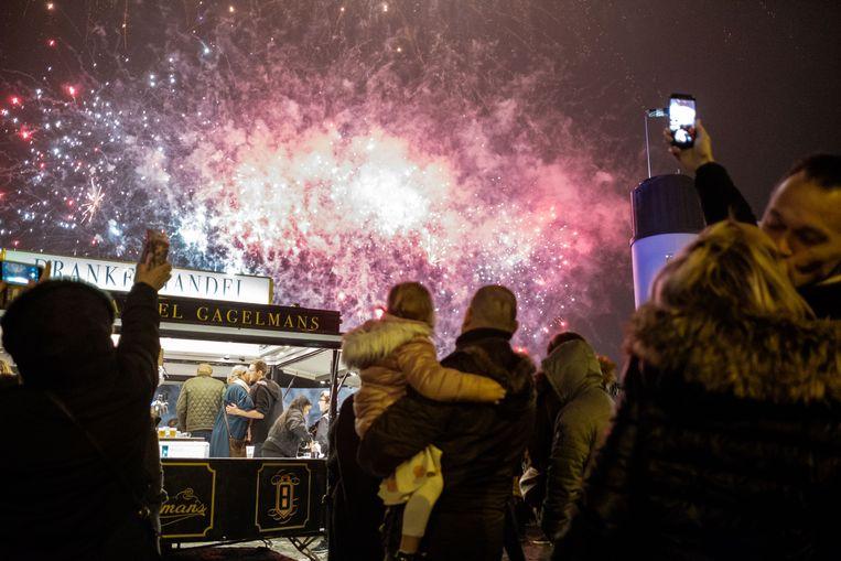 2019/01/01, Antwerpen, Belgium. Veel volk, feest en vuurwerk op de kaaien om het nieuwe jaar in te luiden.
