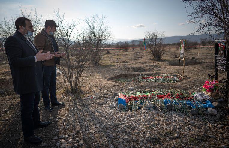 Revan Mammadov voor het graf van voormalig leider van de Azerbeidzjaanse Volksfrontpartij, Allahverdi Bagirov. Beeld Freek van den Bergh / de Volkskrant
