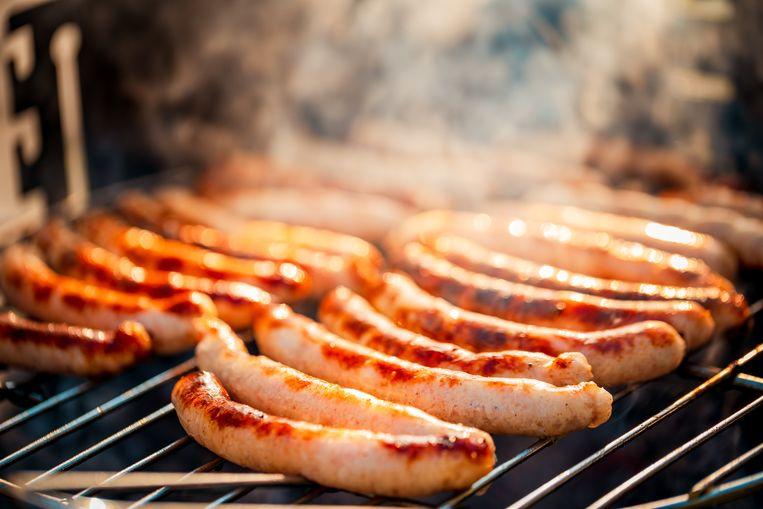 Worstjes op de barbecue. Beeld Getty Images/iStockphoto