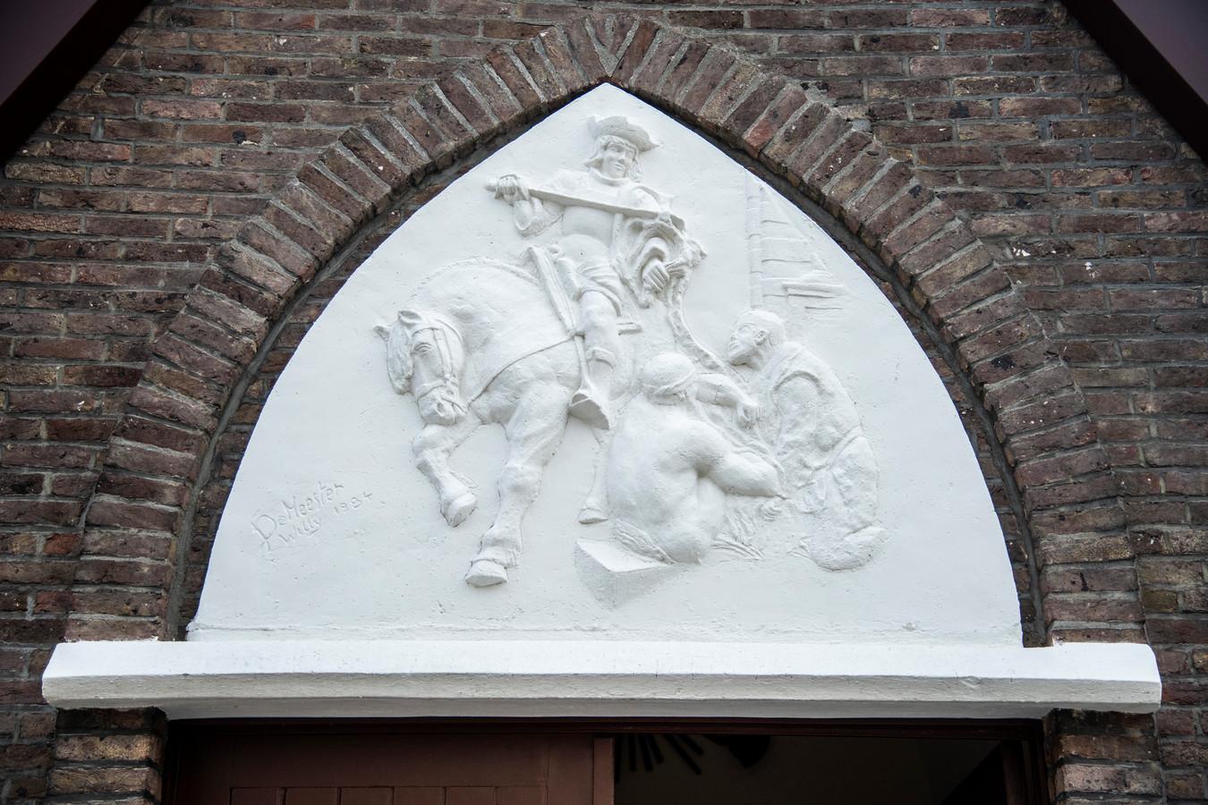 Bij een eerdere restauratie in de jaren tachtig kreeg de kapel boven de toegangsdeur een bas-reliëf van de hand van de lokale kunstenaar Willy De Meester.