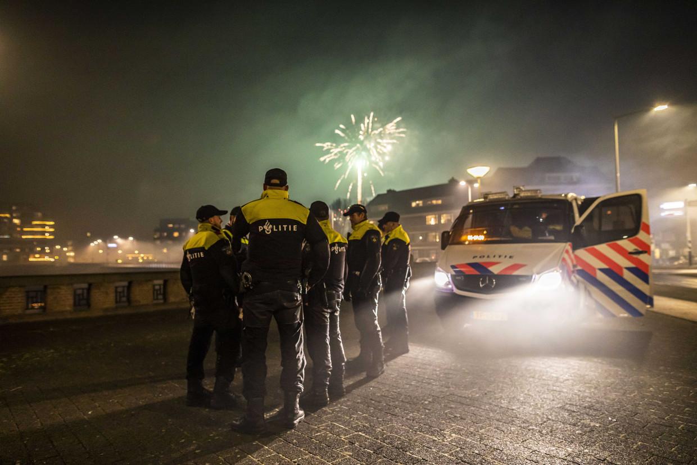 Politie Scheveningen op Oudejaarsavond. Niet iedereen houdt zich aan het vuurwerkverbod dat in coronatijd extra druk op de zorg moet voorkomen. Beeld ANP