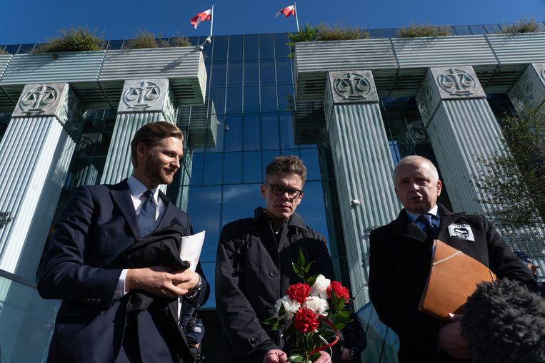 Poolse rechter Igor Tuleya (midden) en zijn advocaten. Beeld Piotr Malecki