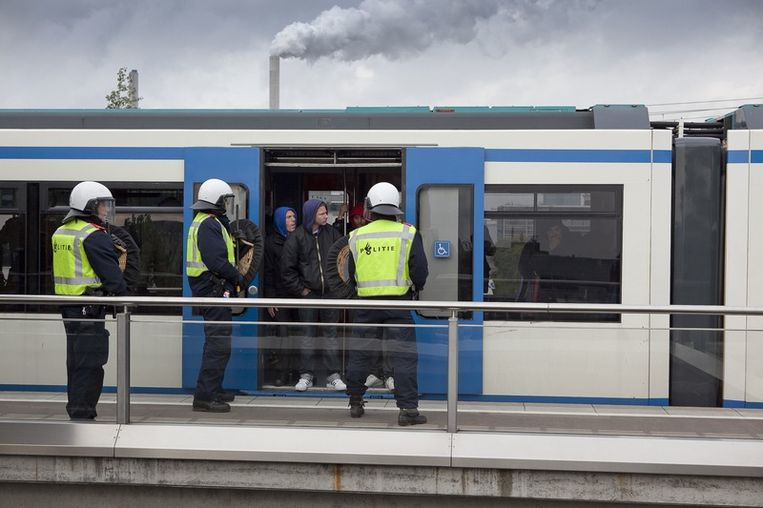De politie heeft het metrostation Isolatorweg afgesloten om betogers,  onder wie veel Ajax-supporters tegen te houden om zo een confrontatie  met de pro-Wilders demonstranten te voorkomen. Foto © Amaury Miller Beeld