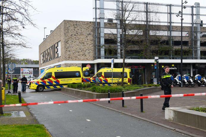 Boven de ambulances de plek in het parkeergebouw van winkelcentrum Baronie waar de vrouw omlaag sprong.