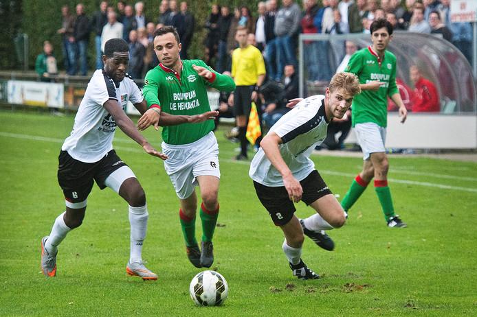 Sergio Vieira (links) en Luuk Rossen van NEC kunnen Ismail Aktas van Germania niet afstoppen.