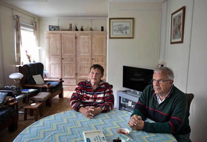 Wim (rechts) en Dymph Claes wonen al bijna een jaar in een bouwkeet die achter de verwoeste boerderij in Luyksgestel is neergezet.