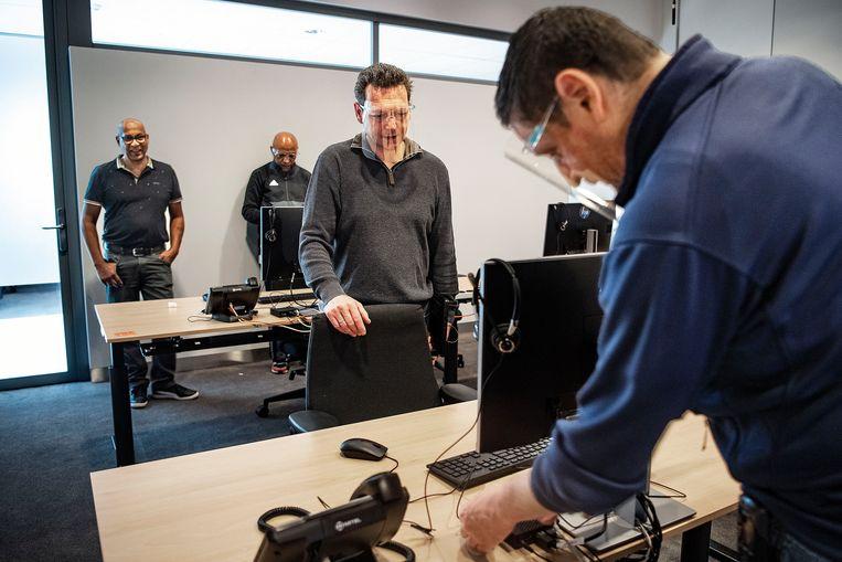 ICT medewerkers van het OLGV-Oost werken aan een nieuw centrum waar patiënten digitaal worden geholpen in de reguliere zorg.  Beeld Guus Dubbelman / de Volkskrant
