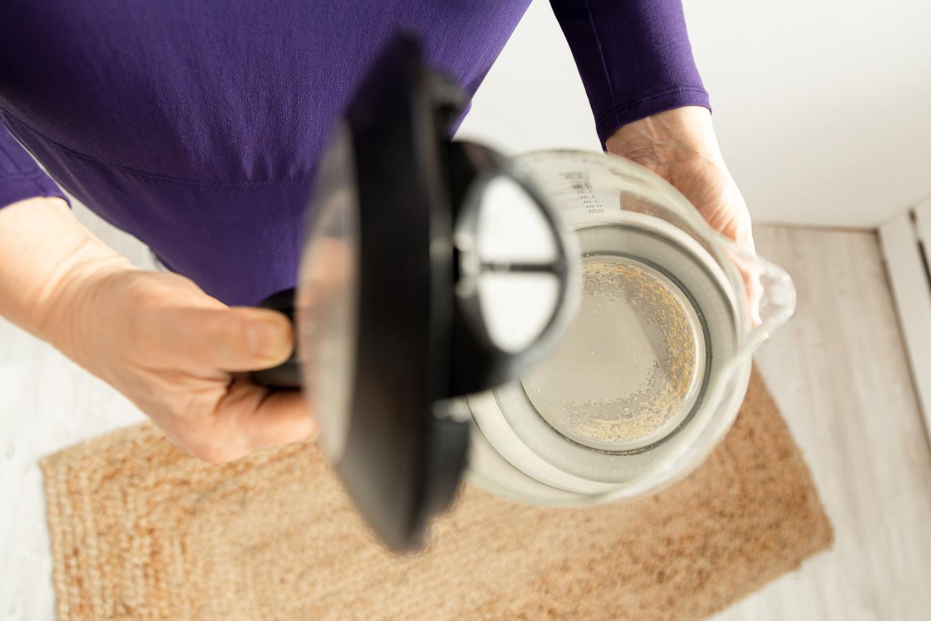 Op een warmwaterkraan of in een waterkoker kan zich wel een laagje kalk, chemisch gezien calciumcarbonaat, afzetten. Dat gebeurt op den duur bij zowel hard als minder hard water.